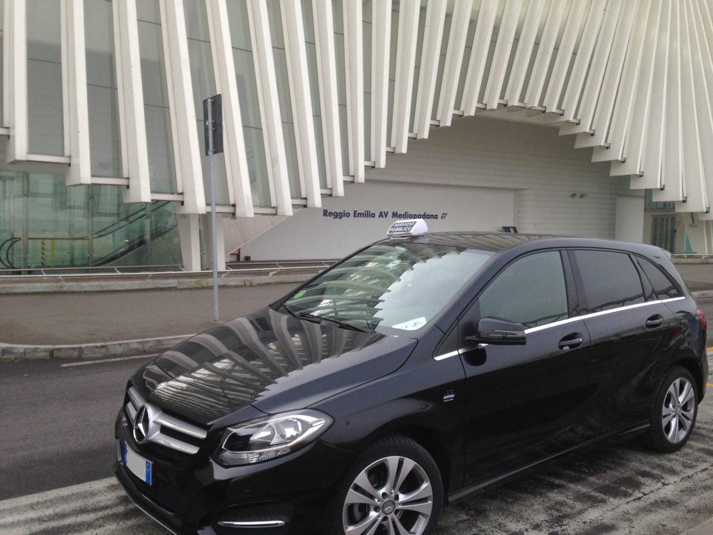Mercedes classe B uso Taxi davanti alla stazione AV di Reggio Emilia